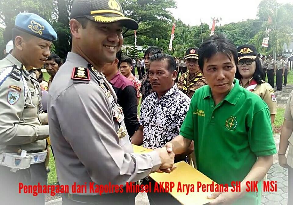 Tampak Alon Rumagit salah satu Pers Biro Minsel menerimah penghargaan dari AKBP Arya Perdana SH,SIK,MSi