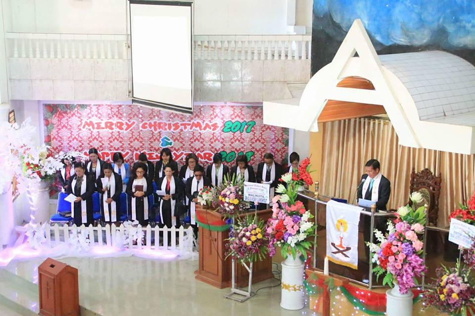 Penatua DR Ir GS Vicky Lumentut SH MSi DEA Menjadi Khadim di Jemaat GMIM Elim Malalayang-Manado