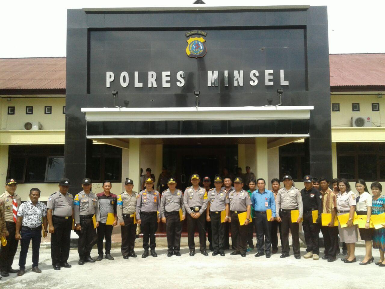 Foto bersama Kapolres Minahasa Selatan AKBP Arya Perdana, SH,SIK,MSi, setelah memberikan penghargaan kepada puluhan personil jajaran, insan pers, pegawai honorer, tokoh masyarakat hingga petugas kebersihan (officeboy)
