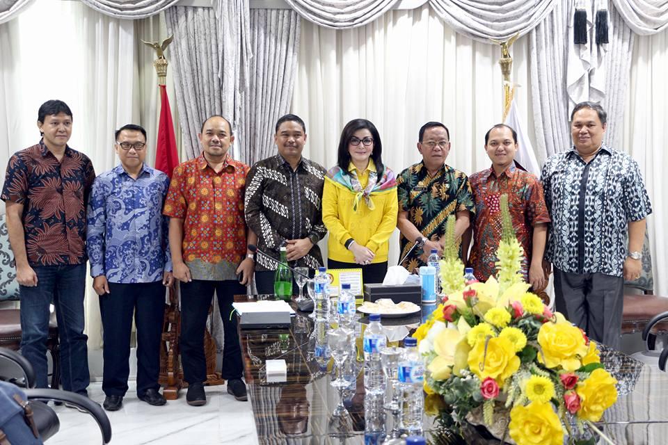 Foto bersama Bupati Christiany Euginia Paruntu,SE,Sekda Danny Rindengan,M.Si,Kaban BPKAD Denny Kaawoan serta Tim Indosat