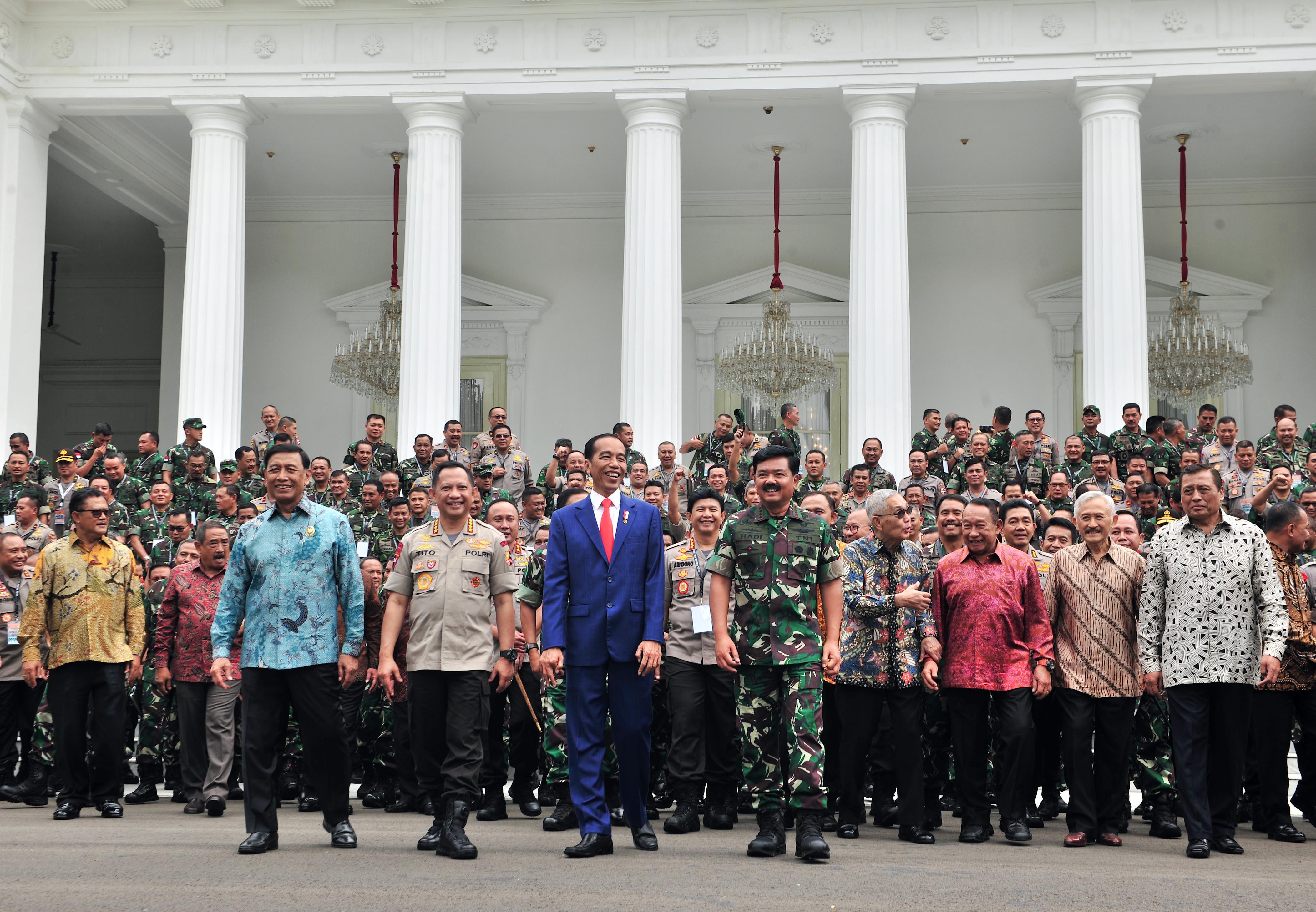 Presiden Jokowi didampingi Menko Polhukam, Panglima TNI, dan Kapolri, berjalan bersama peserta Rapim TNI-Polri, di halaman Istana Merdeka, Jakarta, Selasa (29/1) siang. (Foto: Humas/Jay)