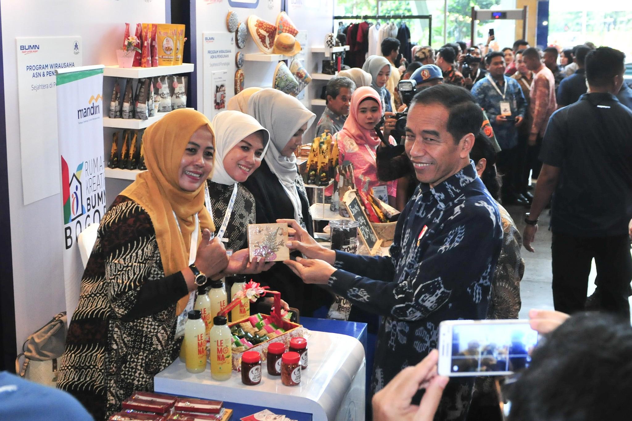 Presiden Jokowi meninjau stand milik ASN yang akan memasuki pensiun pada peluncuran program Wirausaha ASN dan Pensiunan, di Sentul, Bogor, Jabar, Rabu (16/1) siang. (Foto: JAY/Humas)