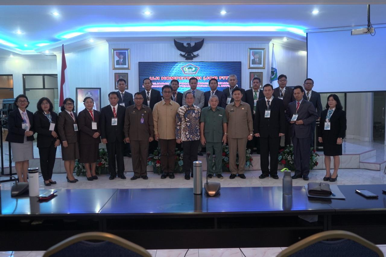 Foto bersama Wali Kota Bitung, Maximiliaan Jonas Lomban Para Pejabat Pimpinan Tinggi (PPT) Pratama di jajaran Pemerintah Kota Bitung wajib mengikuti uji kompetensi