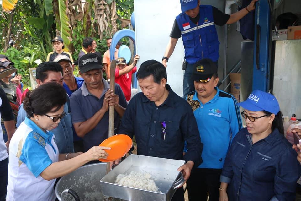 Walikota Manado DR. Ir. G. S. Vicky Lumentut, SH, MSi, DEA berlokasi di kantor Lurah Mahawu Kecamatan Tuminting
