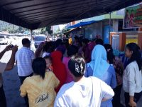 Warga Serbu Bazar Sembako Murah Polres Sangihe