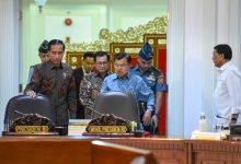 Presiden Jokowi didampingi Wapres dan Seskab memasuki ruang rapat terbatas, di Kantor Presiden, Jakarta, Senin (14/1) siang. (Foto: JAY/Humas)