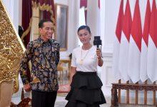 Presiden saat ngevlog bersama artis Agnez Mo di Istana Merdeka, Jakarta, Jumat (11/2). (Foto: BPMI).