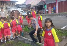 Pihak kepolisian Tombatu melalaui Iptu Wensy Saerang, SE, bersama puluhan personelnya mengadakan kegiatan bakti sosial membersihkan selokan air yang ada di sejumlah sekolah di wilayah Kecamatan Tombatu Raya, Kabupaten Minahasa Tenggara