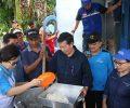 Kunjungi Korban Banjir Walikota Vicky Lumentut Bantu Siapkan Nasi Bungkus